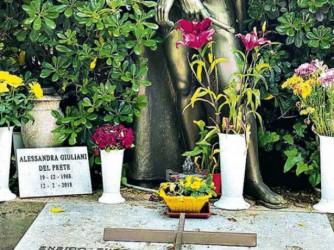 La piccola lapide della sepoltura (si spera provvisoria) di Alessandra, figlia di Fabrizio