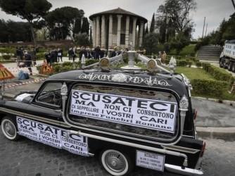 La protesta delle imprese funebri romane in piazza Bocca della Verità il 16 aprile scorso
