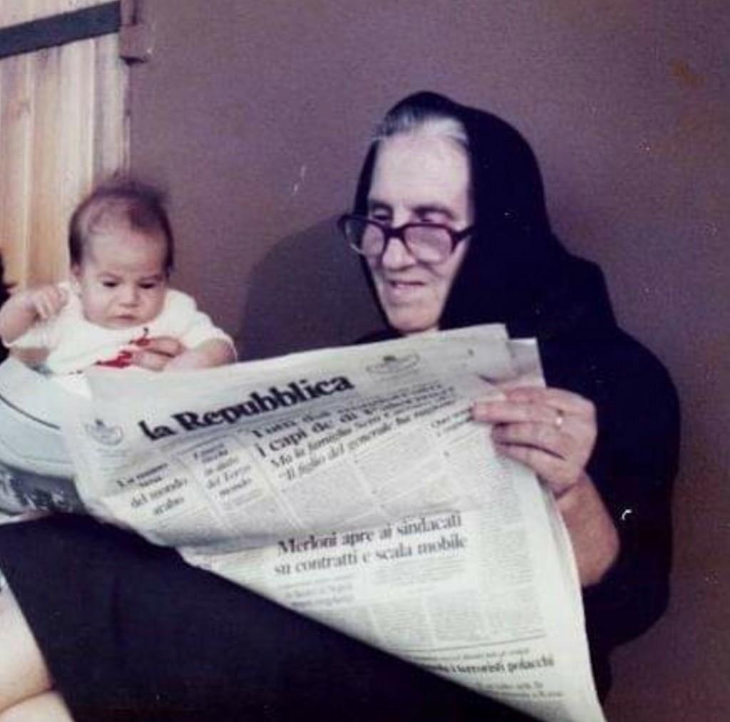 Stella di pochi mesi, con nonna intenta a leggere Repubblica. Sappiamo la data: 10 settembre 1982