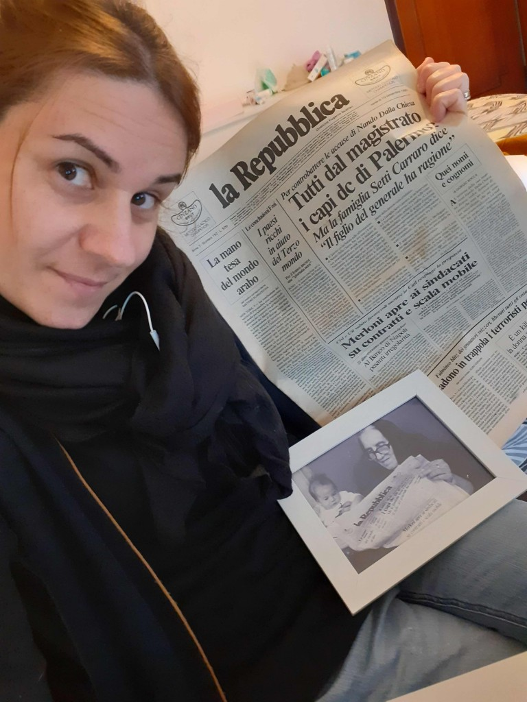 Stella con la copia del giornale ricevuta dalla segreteria di Direzione
