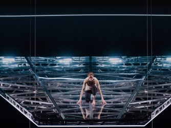 Linda Gennari in scena con Grounded, spettacolo di Davide Livermore per il Teatro Nazionale di Genova