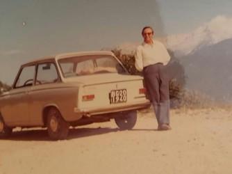 Luigi vicino alla sua Daf, una delle prime macchine automatiche arrivate in Italia