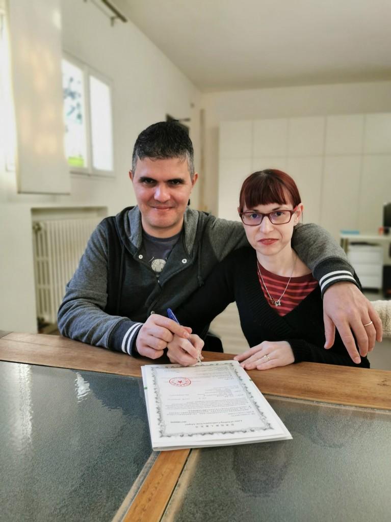 Alessio e Laura con la pergamena verde che sanciva il loro abbinamento con il bambino cinese che volevano adottare