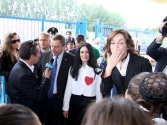 La preside Rosalba Rotondo, al centro con il cuore rosso sulla camicia (simbolo della scuola) con Giovanna Boda, che manda baci agli studenti, a Scampia
