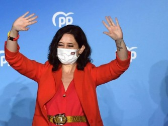 Isabel Dìaz Ayuso festeggia la vittoria a Madrid