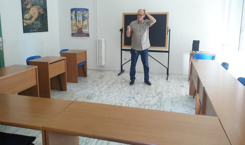 Roberto in una foto ironica, classe vuota com il vuoto intorno alle scuole di Italiano