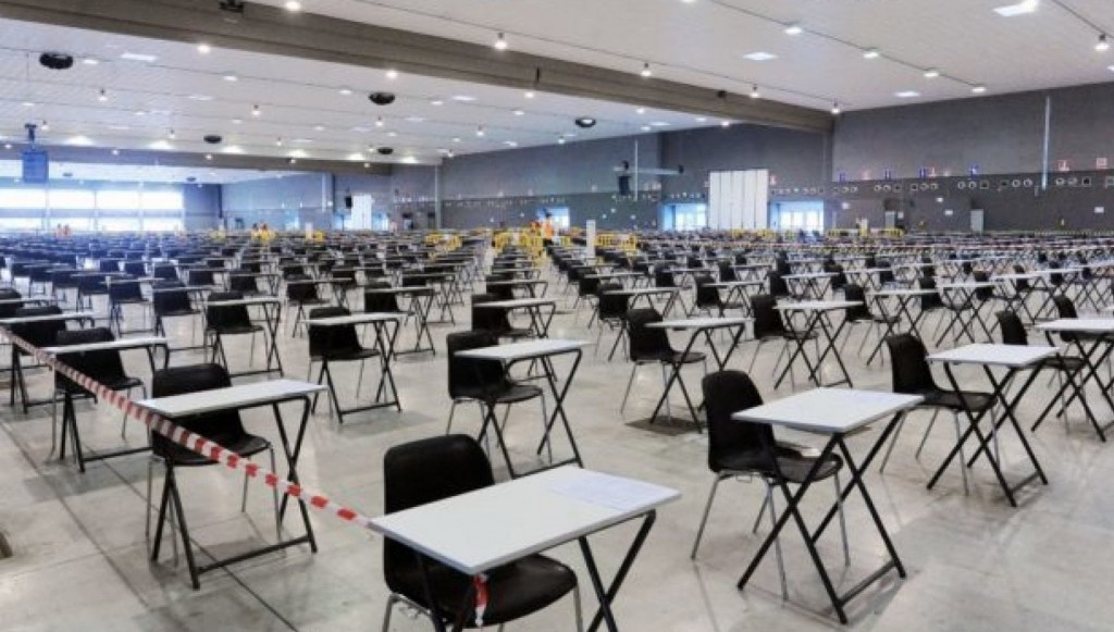 Un'aula preparata per il maxi concorso