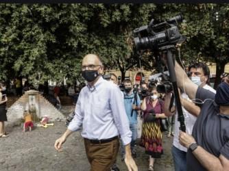 Enrico Letta fotografato domenica mentre va a votare alle primarie per il sindaco di Roma