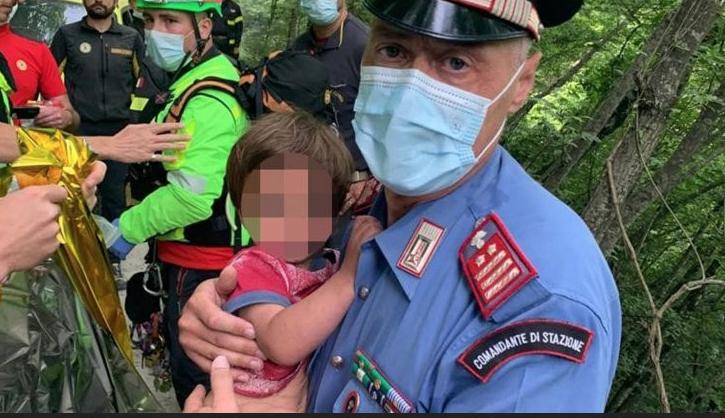 Nicola subito dopo il ritrovamento in braccio al carabiniere che lo ha recuperato dalla scarpata