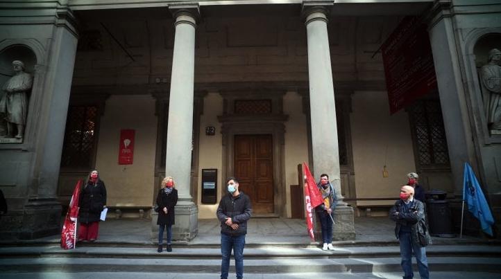 Lavoratori dei musei protestano davanti agli Uffizi di Firenze