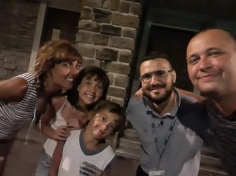 Da sinistra: Giulia, i due bimbi Marta e Pietro, Gianluca, il proprietario della fede, e Maurizio