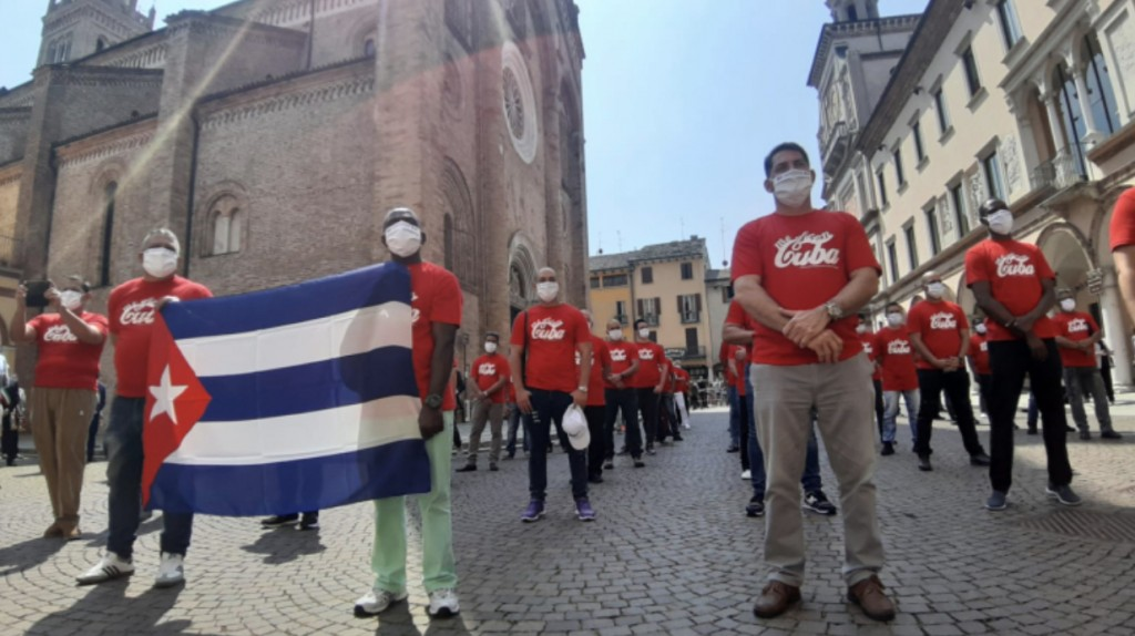Graciliano Diaz Bartolo, secondo da sinistra mentre regge la bamdiera di Cuba (Foto CremaOggi.it)