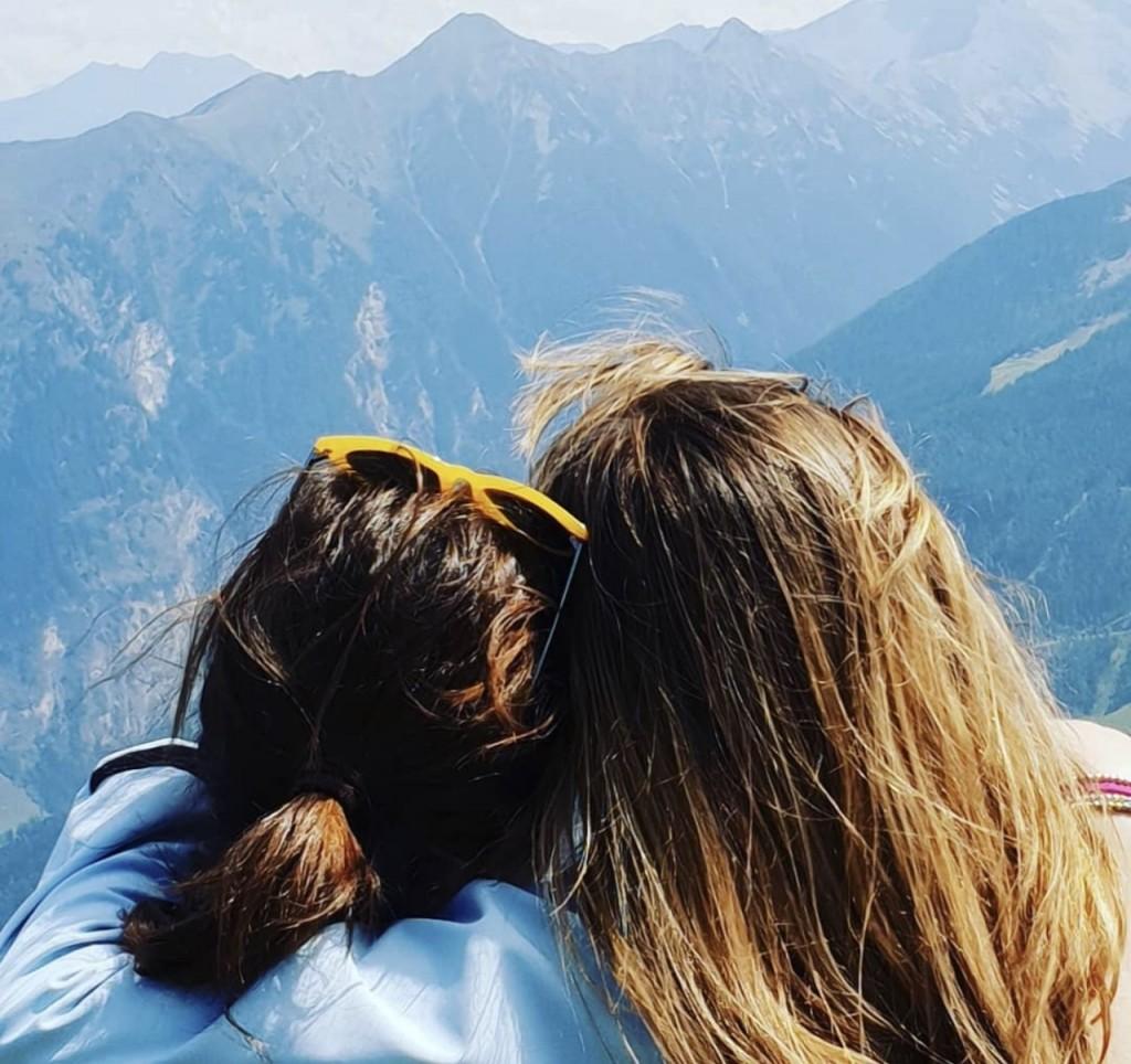 Lucia e la sorella Costanza, abbracciate durante una gita