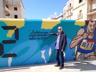 Paolo davanti al murales con cui la città di Formia ha voluto ricordare Pietro Mennea che in quella città a lungo ha viassuto e si è allenato