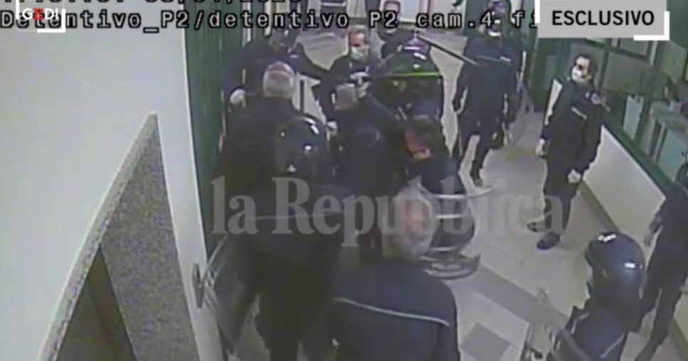 Fermo immagine di uno dei video sui pestaggi nel carcere di Santa Maria Capua Vetere