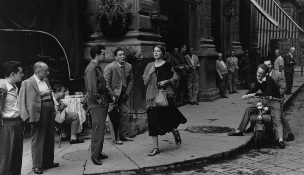 """""""An american girl in Italy"""", una delle foto più famose nel '900. Scattata a Firenze da Ruth Orkin, 1950, la ragazza è Ninalee Craig"""