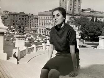 Carmela, qui all'Altare della Patria a Roma, ha vinto vari concorsi letterari nazionali di poesia tra gli anni 70 e 80