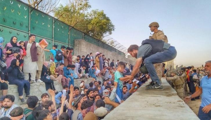 Tommaso Claudi prende in salvo un bambino dal muro dell'aeroporto di Kabul