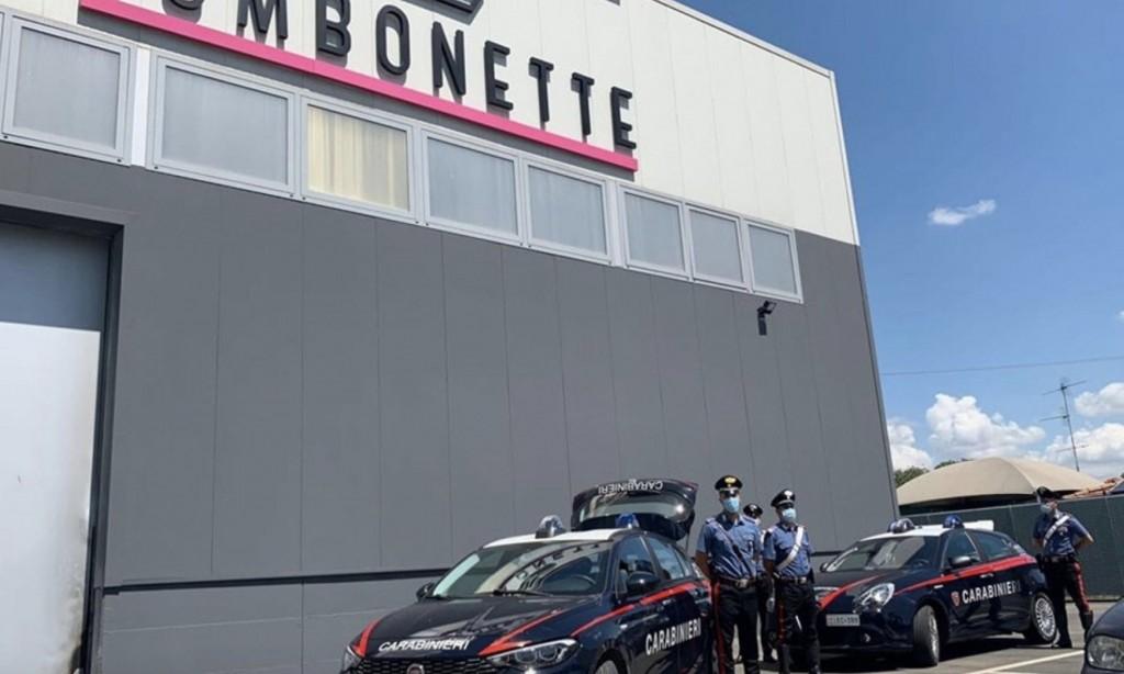 Carabinieri davanti alla fabbrica dove Laila ha perso la vita