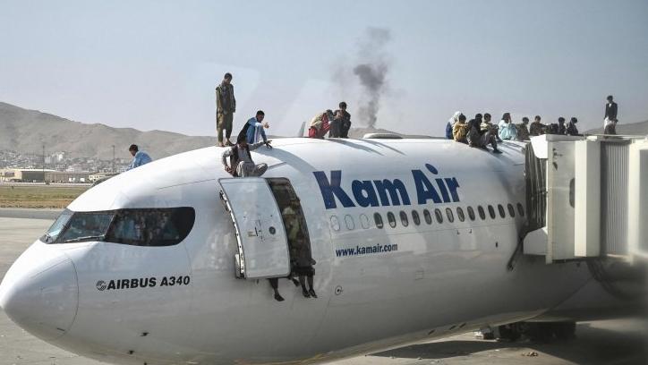 Un aereo preso d'assalto all'aeroporto di Kabul