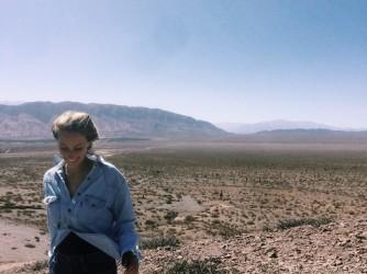 Lucia fotografata in un deserto durante uno dei suoi viaggi prima della pandemia