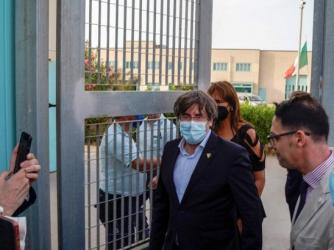 Carles Puigdemont all'uscita dal carcere di Alghero dopo la sua liberazione