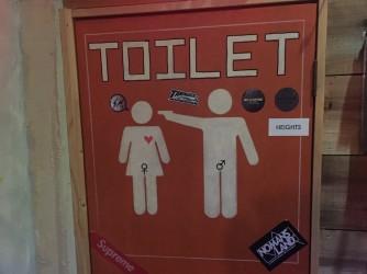 La toilette può anche essere manifesto di violenza e provocazione come questa di un bar a Shizouka in Giappone