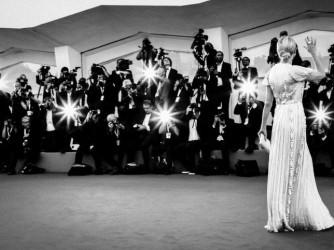 Un'immagine delle passate edizioni della Mostra di Venezia, un'attrice saluta sul red carpet