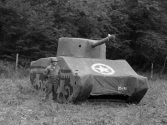 """Un soldato accando a un tank Sherman gonfiabile (fermo immagine da """"Ghost Army"""" del Public Broadcasting Service)"""