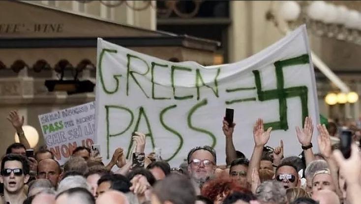 Alla luce di questa immagine è bizzarro che fra i manifestanti ci siano sempre più spesso gruppi neofascisti