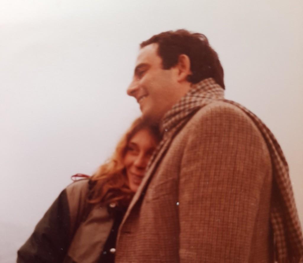 Madù e Daniele teneramente abbracciati in una foto di quasi 40 anni fa