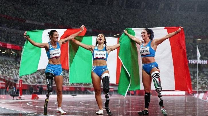 Da sinistra Monica Contraffatto (bronzo), Ambra Sabatini (oro) e Martina Caironi (argento) il podio azzurro dei cento metri a Tokyo