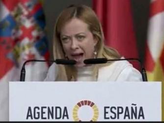 Giorgia Meloni durante il suo intervento al convegno di Vox, in Spagna. Il volume della sua voce si percepisce anche dalla foto