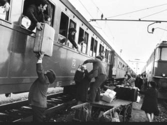 Una foto degli anni Sessanta, immigrati in partenza per la Svizzera