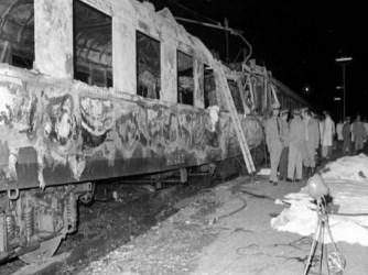 Il vagone del treno Italicus distrutto dalla bomba esplosa nella notte fra il 3 e il 4 agosto 1974