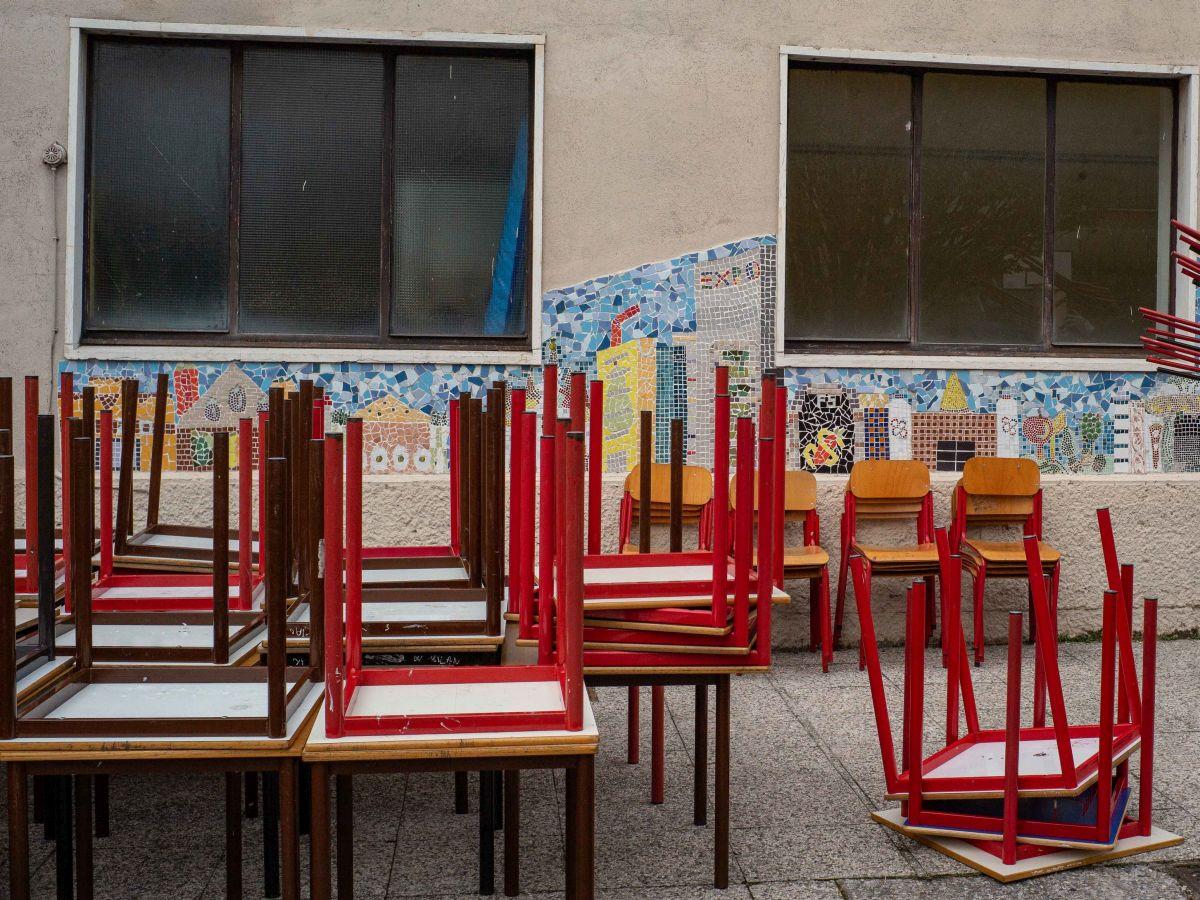 Milano, Consegna banchi e sedie dismessi dall' Istituto comprensivo Franceschi di via Muzio 5 alla Cooperativa Nuova SEECO