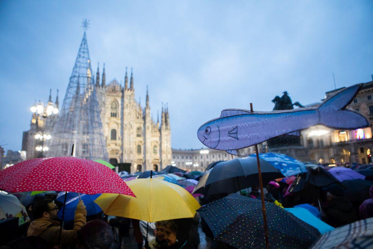 Movimento delle Sardine manifesta in Piazza Duomo