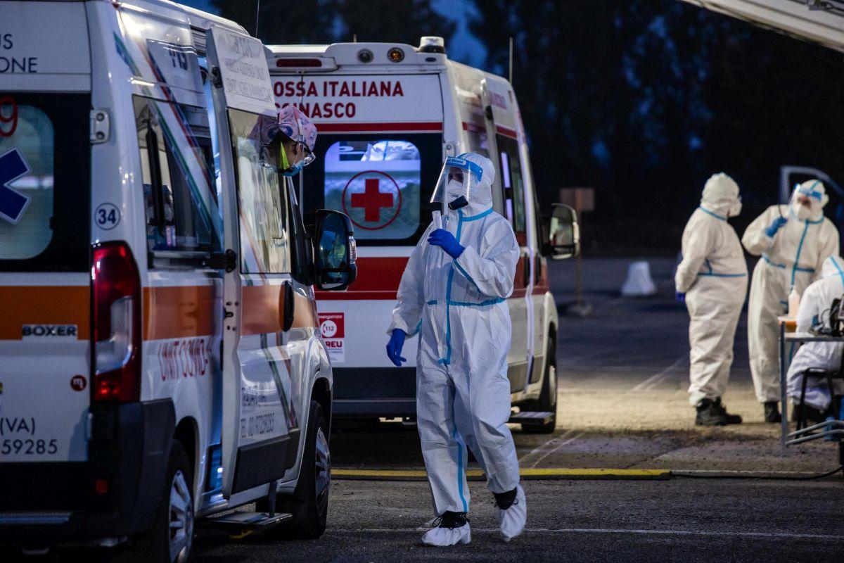Operatori sanitari eseguono tamponi a pazienti Covid nell'area allestita dall'esercito in Via Novara