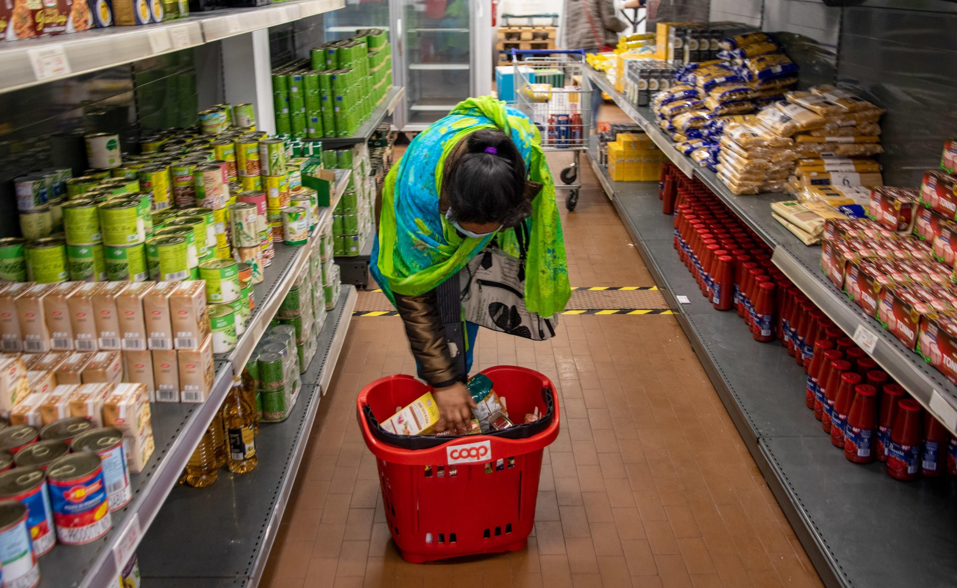 Milano, emergenza Coronavirus fase 2, persone in difficolta fanno la spesa all'Emporio della Solidarietà di via San Vigilio