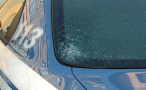 Il lunotto della volante danneggiato