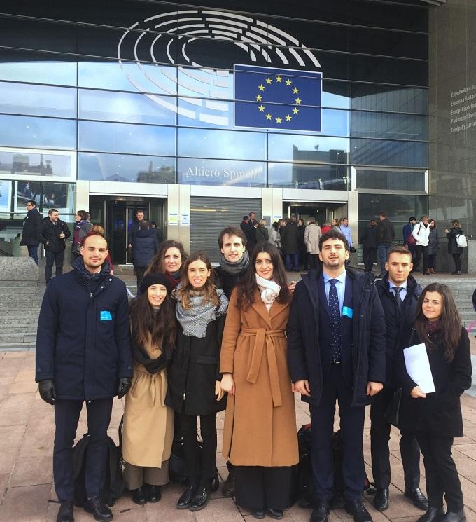 thumbnail_Delegazione dell'Università di Parma e gli organizzatori davanti al Parlamento europeo a Bruxelles ok