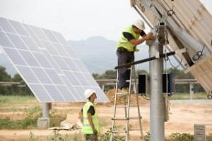 operaio monta inseguitori solari