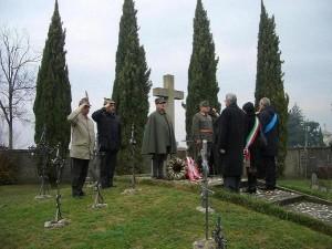 11.12.10 16 Perteole di Ruda, cimitero, deposizione di corone ai caduti