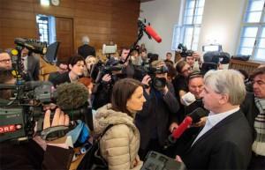 14.05.27 Wolfgang Kulterer circondato da giornalisti nell'aula Tribunale
