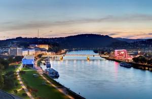 14.07.12 Linz, Danubio; sx Lentos, dx Ars Electronica Center - Copia