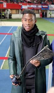14.12.20 David Alaba con trofeo di sportivo dell'anno 2014