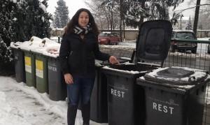 16.01.05 Klagenfurt; Marina Painik accanto a cassonetto dove trovato baby