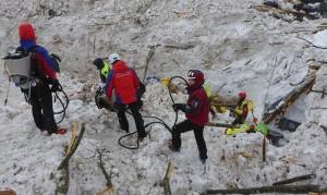 17-01-26-christoph-schneider-a-dx-con-altri-2-soccorso-alpino-tirolo-orientale-allhotel-rigopiano