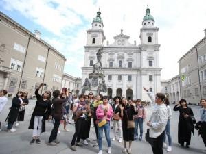 18.07.12 Salisburgo, turisti davanti al duomo