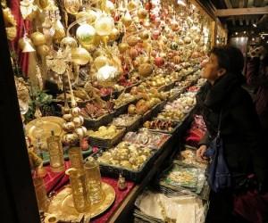 14.12.01 019 Vienna, bancarella del mercatino di Natale nella piazza del municipio; Fabia